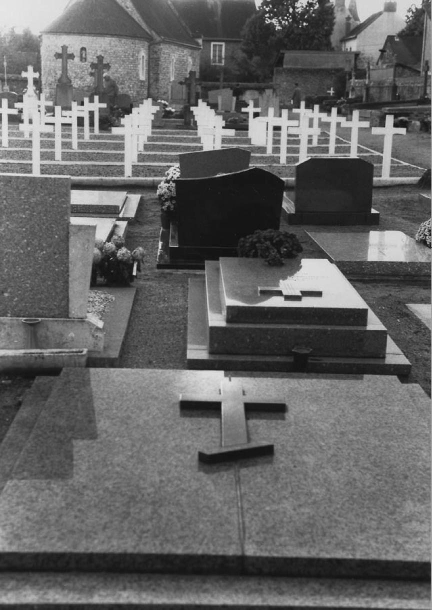 La tombe de Reverdy au premier plan.