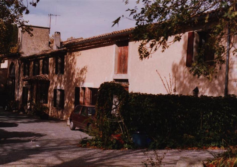 La ferme et la grange mitoyenne vues de face. La chambre de Pierre est sous la cheminée, la première des quatre fenêtres.